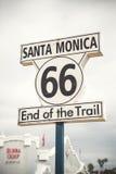 Route 66 tecken på Santa Monica Pier, Los Angeles Arkivbilder