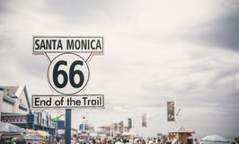 Route 66 tecken på Santa Monica Pier, Los Angeles Royaltyfri Foto