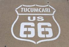 Route 66 tecken på trottoaren i Tucumcari Arkivbild