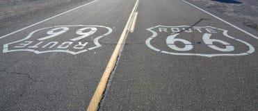 Route 66 -tekens op de weg stock afbeeldingen