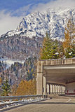 Route till det Monte Croce Carnico passerandet, Alps, Italien Arkivbilder