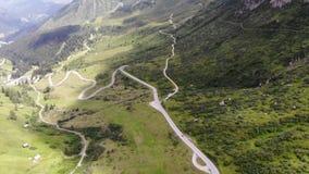 Route tirée aérienne d'Alpes scenary banque de vidéos