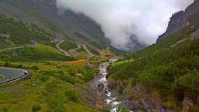 Route tordue de montagne par les Alpes Images libres de droits