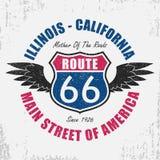 Route 66 -typografie grafisch voor t-shirt Origineel klerenontwerp met grunge, vleugels en slogan Vector illustratie Royalty-vrije Stock Foto's