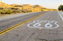 Route 66 undertecknar in Kalifornien royaltyfri fotografi
