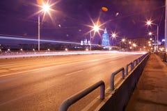 Route urbaine de nuit de ville image stock