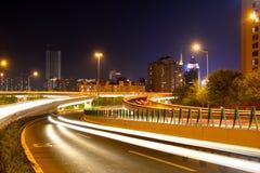 Route urbaine la nuit Images libres de droits