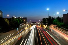 Route urbaine la nuit Photos stock