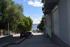 Route urbaine menant au bord de mer un jour chaud d'été Photos libres de droits