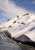Route van de de pas de himalayan berg van Rohtang onder vele voeten sneeuw stock afbeelding