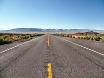 Route 190 van de staat in het Nationale Park van de Doodsvallei, Californië, de V.S. Stock Afbeeldingen