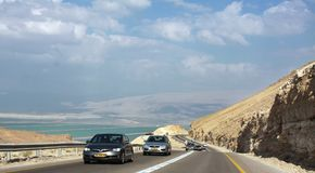 Route vers la mer morte par les montagnes Photographie stock libre de droits