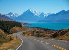 Route vers le cuisinier et le lac Pukaki, Nouvelle-Zélande de bâti d'Aoraki photo libre de droits