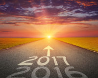 Route vide à 2017 prochain au coucher du soleil