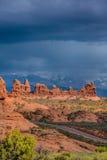 Route vide au-dessous des porte-malheur dans les voûtes parc national, Utah Photographie stock