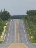 Route vide au-dessus d'une côte Images stock
