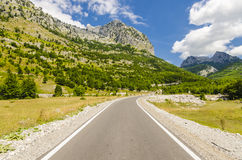 Route vide au village de Theth en montagnes albanaises Photographie stock