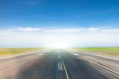 Route vide avec l'effet de la vitesse du mouvement photos libres de droits