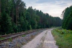 Route vide avec le chemin de fer à l'arrière-plan lithuania Photographie stock libre de droits