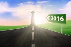 Route vide avec les numéros 2016 sur le panneau routier Photographie stock libre de droits