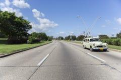 Route vide avec un vieux taxi photos stock