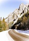 Route vide dans les montagnes de l'hiver Photo libre de droits