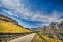 Route vide droite menant dans le village de Xinalig Beau paysage de grandes montagnes de Caucase et route de campagne de route av Image stock