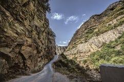 Route vide droite menant dans le village de Xinalig Beau paysage de grandes montagnes de Caucase et route de campagne de route av Photographie stock libre de droits