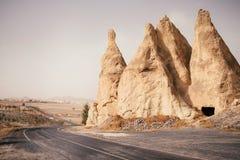 Route vide par la vallée de montagne dans Cappadocia, Turquie photographie stock libre de droits