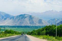 Route vide près de lac Issyk-Kul images stock