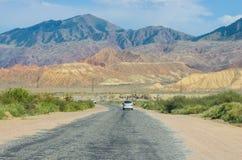 Route vide près de lac Issyk-Kul photos libres de droits