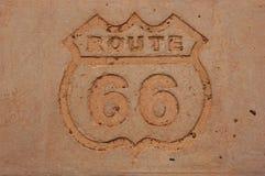 Route 66 viejo firma adentro el hormigón Fotos de archivo libres de regalías
