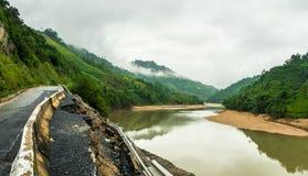 Route vietnamienne endommagée au-dessus de rivière Photo libre de droits