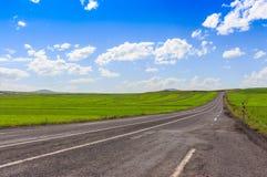 Route, vues ouvertes et temps ensoleillé au voyage Photo libre de droits