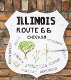 Route 66 -Wandzeichen, welches die Städte entlang dem Weg im Zustand an zeigt Lizenzfreie Stockfotos