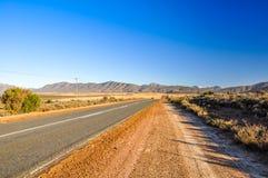 Route 62 weg dichtbij Oudtshoorn - Karoo, Zuid-Afrika Stock Fotografie