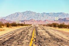 Route 66, welches die Mojave-Wüste nahe Amboy, Kalifornien, Vereinigte Staaten kreuzt Die Straße ist unter Reparaturen Lizenzfreies Stockfoto