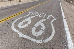 Route 66 -Zeichen auf defekter Pflasterung lizenzfreie stockbilder