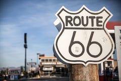 Route 66 -Zeichen auf einer US-Landstraße Stockbild