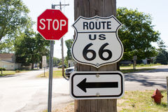 Route 66 -Zeichen mit Pfeil und Stoppschild Stockfotografie
