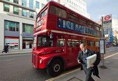 Routemaster reist von der Bushaltestelle, London ab Lizenzfreies Stockbild