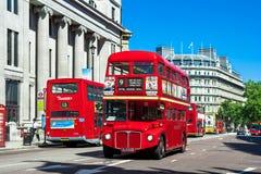 Routemaster vermelho clássico - Decker Buses dobro, Londres, Reino Unido Fotografia de Stock Royalty Free