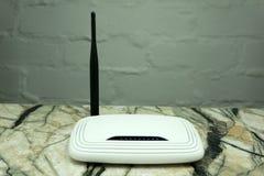 Router blanco del WI-FI con dos antenas aisladas en el fondo blanco imagen de archivo