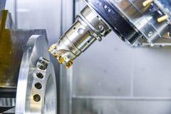 Router del CNC y metal de torneado con una herramienta de corte y la herramienta del centro El concepto de proceso de alta tecnol imágenes de archivo libres de regalías