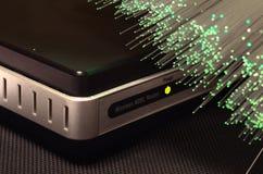 Router del módem de ADSL con las luces luminescentes de la fibra óptica foto de archivo libre de regalías