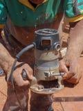 Router del Woodcarving en la acción imagenes de archivo