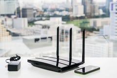 Router e caricatore di WiFi con lo smartphone Fotografia Stock