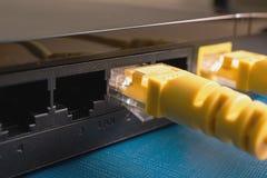 Router escuro para criar um centro do Internet da casa que inclua um remendo do amarelo imagens de stock royalty free