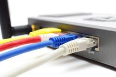 Router inalámbrico con los cables imagenes de archivo