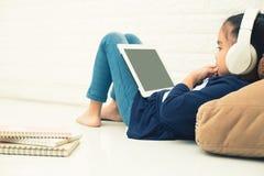 Router inalámbrico y niños usando una tableta en hogar radio del router imagen de archivo